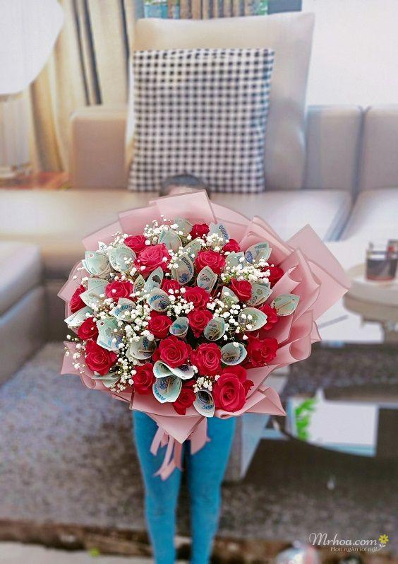 Bó hoa hồng đỏ và tiền polime 500k