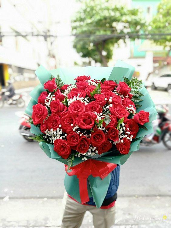 Bó hoa hồng đỏ tặng bạn gái