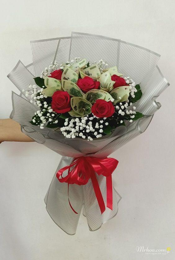 Bó hoa hồng đỏ và tiền 100k