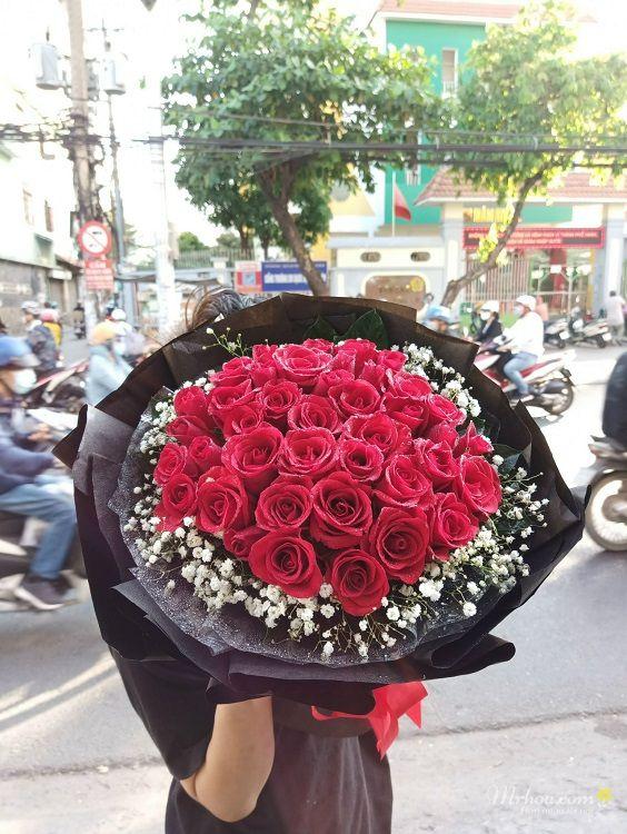 Bó hoa hồng đỏ thẫm