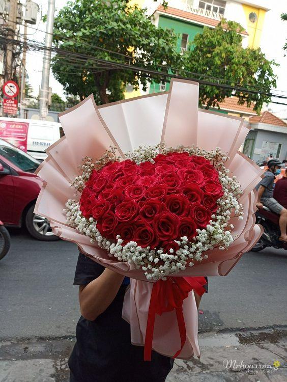 Bó hoa hồng đỏ hình trái tim tặng bạn gái