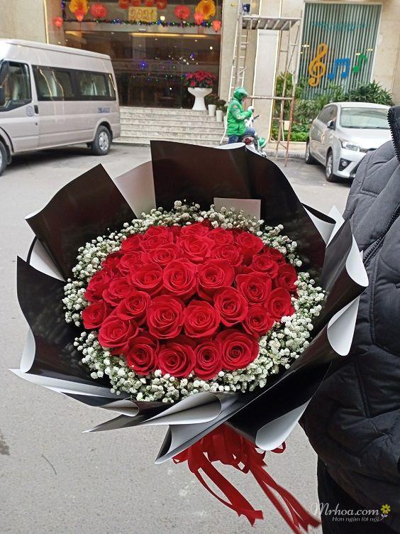 Bó hoa hồng đỏ và hoa baby