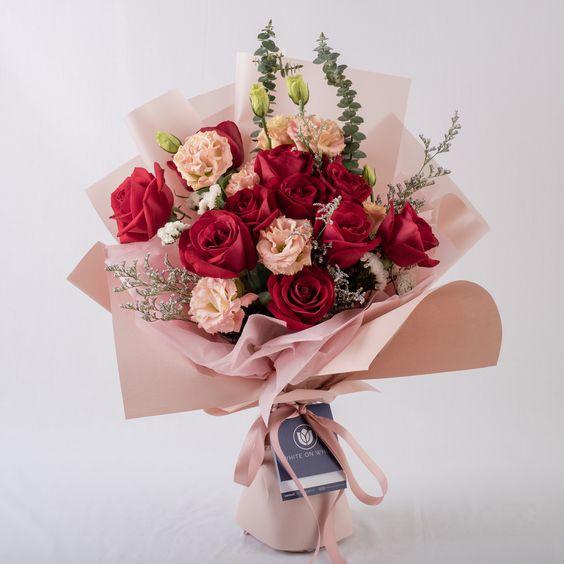 Bó hoa hồng và cát tường