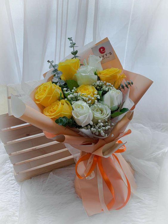Bó hoa trắng vàng