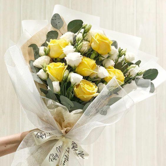 Bó hoa hồng vàng và cát tường trắng