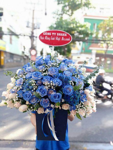 Giỏ hoa hồng phấn nhuộm màu xanh nhạt