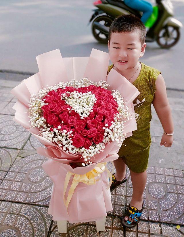 Bó hoa hồng đỏ hình trái tim kết hợp baby