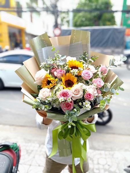 Tặng hoa ở Ngũ Hành Sơn