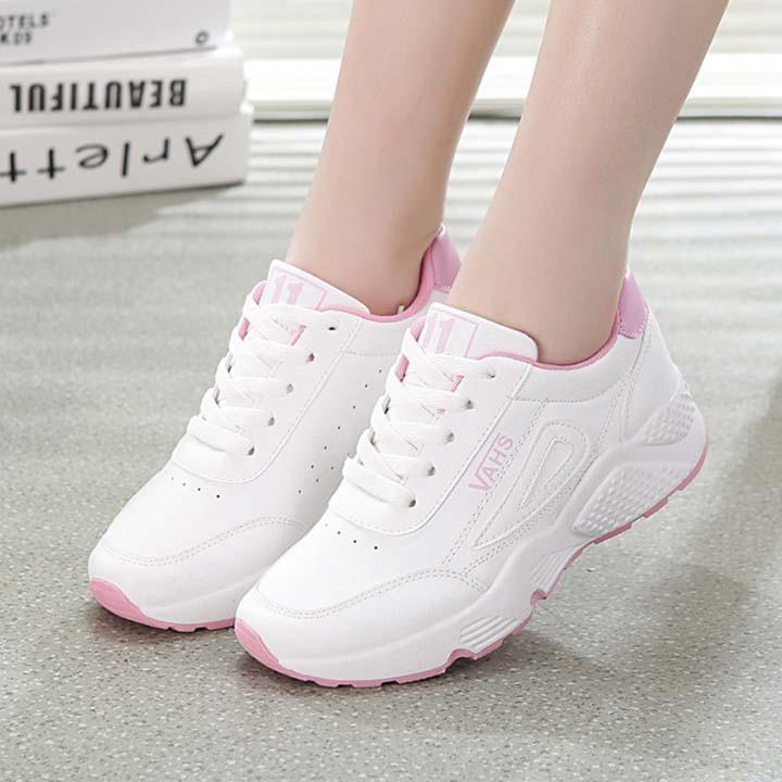 Tặng giày cho bạn gái