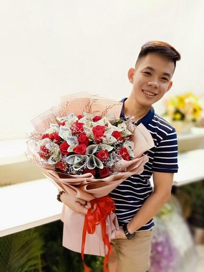 Bó hoa bằng tiền polime 500k và hồng đỏ
